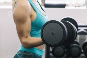 How Women Can Tone Biceps with Standing Dumbbell Curls